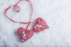 Zwei rote Herzen der schönen romantischen Weinlese gebunden zusammen mit Band auf weißem Schneehintergrund Liebe und St.-Valentin Lizenzfreie Stockfotografie