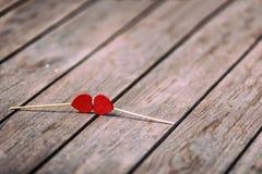 Zwei rote Herzen formen auf Stock über hölzernem Hintergrund Rote Rose und Inneres über Weiß Selektiver Fokus Lizenzfreie Stockfotos