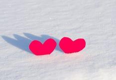 Zwei rote Herzen im Schnee Lizenzfreies Stockbild