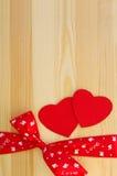 Zwei rote Herzen mit einer Bürokratie und einem Bogen Stockbilder