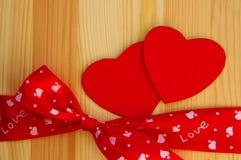 Zwei rote Herzen mit einer Bürokratie und einem Bogen Stockfoto