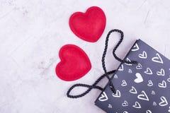 Zwei rote Herzen nahe dem Paket Lizenzfreie Stockfotos