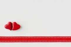 Zwei rote Herzen und rotes Band Stockfoto