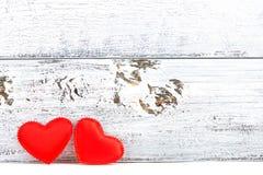 Zwei rote Herzen und weißer hölzerner Plankenhintergrund Stockbilder