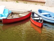 Zwei rote Kanus auf dem Ufer Stockbild
