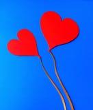 Zwei rote Papierherzen auf blauem Hintergrund Stockfoto