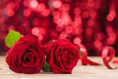 Zwei rote Rosen stockfoto