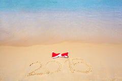 Zwei rote Sankt-Hüte auf Strand Lizenzfreie Stockbilder