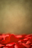 Zwei rote Satinherzen auf Goldhintergrund-, -Valentinsgruß- oder -muttertageshintergrund Stockfotografie