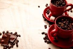 Zwei rote Tasse Kaffees, Schokolade Lizenzfreies Stockbild