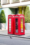 Zwei rote Telefonzellen in London Lizenzfreie Stockbilder
