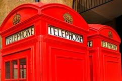Zwei rote Telefonzellen in London, Großbritannien Lizenzfreie Stockfotos