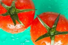 Zwei rote Tomaten mit grünen Blättern Beschneidungspfad eingeschlossen Stockfoto