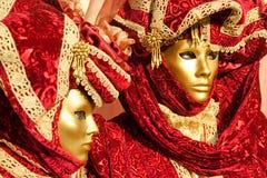 Zwei rote Venedig-Schablonen, Karneval. Lizenzfreies Stockfoto