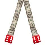 Zwei rote Würfel mit amerikanischen Dollar Lizenzfreie Stockfotos
