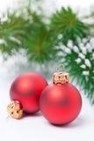 Zwei rote Weihnachtsbälle auf einem weißen Hintergrund, selektiver Fokus Stockbild