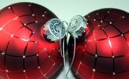 Zwei rote Weihnachtskugeln Stockfotografie