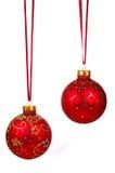 Zwei rote Weihnachtskugeln auf einem roten Farbband Lizenzfreies Stockfoto