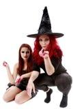 Zwei Rothaarigefrauen mit blutiger Hand-Halloween-Szene Lizenzfreie Stockfotos