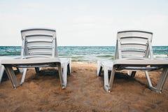 Zwei Ruhesessel auf einem sandigen Strand Lizenzfreies Stockfoto