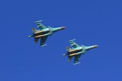 Zwei russischer Kämpfer Sukhoi Su-34 im Flug Lizenzfreies Stockfoto
