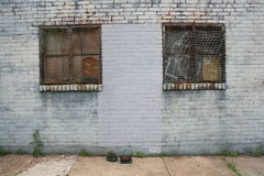 Zwei Rusty Metal Windows On Painted Backsteinmauer Stockfoto