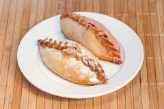 Zwei süße Pasteten füllten Hüttenkäse auf Bambusserviette an Stockfoto