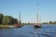 Zwei sailingboats auf Fluss Trave im Sommer Lizenzfreies Stockfoto