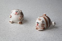Zwei Salzschüttele-apparat in Form von fetten lustigen Katzen lizenzfreie stockfotografie