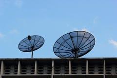 Zwei Satellitenschüsseln. Stockfoto
