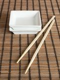 Zwei Saucers mit Ess-Stäbchen lizenzfreie stockbilder