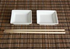 Zwei Saucers und Ess-Stäbchen   lizenzfreie stockbilder