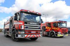 Zwei Scania-Löschfahrzeuge auf Anzeige Stockfotografie