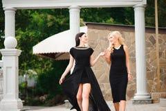 Zwei schöne Mädchen, die die äußere Treppe hinuntergehen lizenzfreie stockbilder