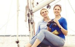 Zwei schön, attraktive junge Mädchen mit binokularem auf einer Yacht Stockfoto