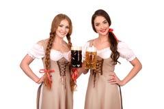 Zwei schöne blonde und Brunettemädchen oktoberfest Bierbierkrug Stockfoto
