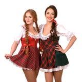 Zwei schöne blonde und Brunettemädchen von oktoberfest Lizenzfreie Stockfotos