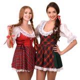 Zwei schöne blonde und Brunettemädchen von oktoberfest Lizenzfreie Stockfotografie