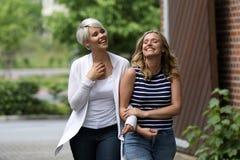 Zwei schöne Blondine, die Spaß haben stockbild