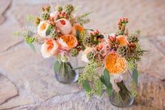 Zwei schöne Blumensträuße von Blumen in den Vasen Stockfotografie