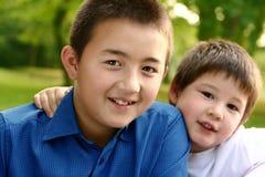Zwei schöne Brüder lizenzfreie stockbilder