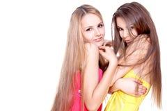 Zwei schöne Frauen in einem farbigen Kleid Stockfotografie