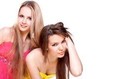 Zwei schöne Frauen in einem farbigen Kleid Lizenzfreies Stockfoto