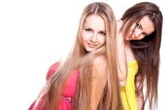 Zwei schöne Frauen in einem farbigen Kleid Lizenzfreie Stockfotografie
