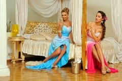Zwei schöne Frauen im Luxuxinnenraum. stockfotografie