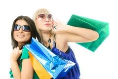 Zwei schöne Frauen mit Einkaufenbeuteln Stockbild