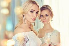 Zwei schöne Frauen Party Lizenzfreie Stockfotos