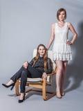 Zwei schöne Freundinnen, die im Studio aufwerfen Stockbilder