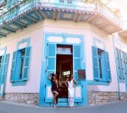 Zwei schöne Freundinnen, die nahe berühmtem Dorfcafé in Lefkara, Zypern stehen Ort von Völkern macht nationales Erbe in Handarbei lizenzfreie stockbilder