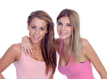 Zwei schöne Freundinnen im Rosa Stockfotografie